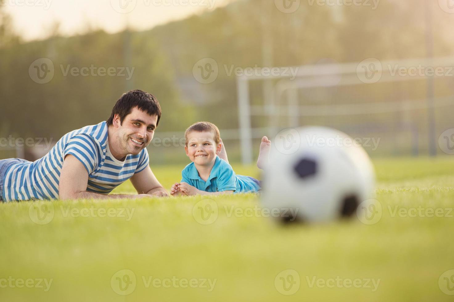 padre e hijo jugando al fútbol foto