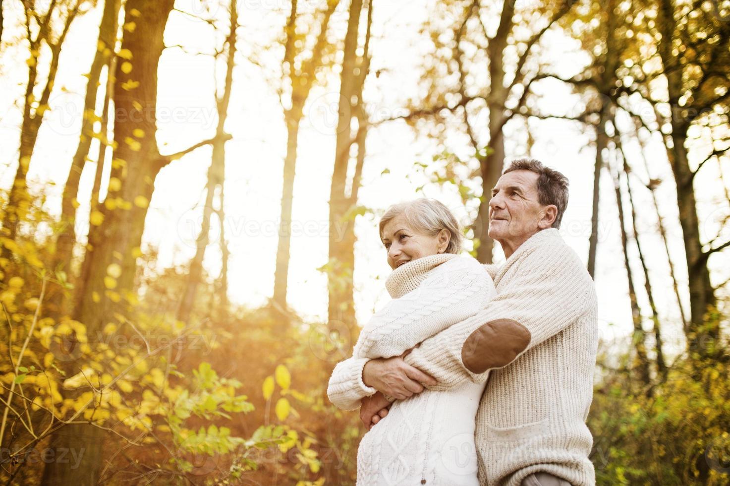 personas mayores activas que caminan en la naturaleza foto