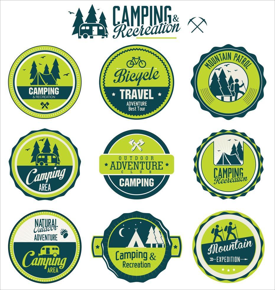 set di etichette retrò campeggio all'aperto vettore