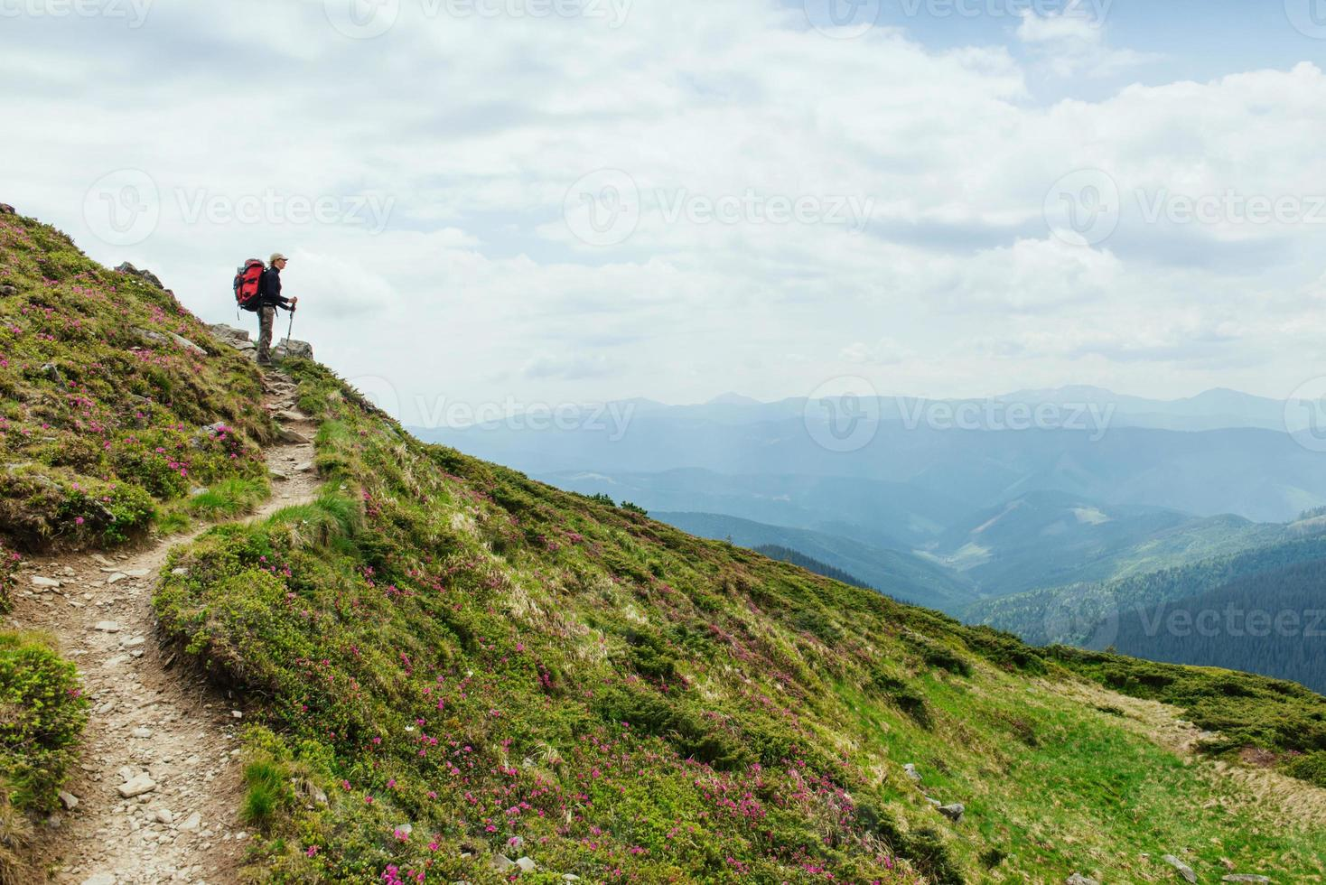 mujeres caminando con mochila en las montañas foto