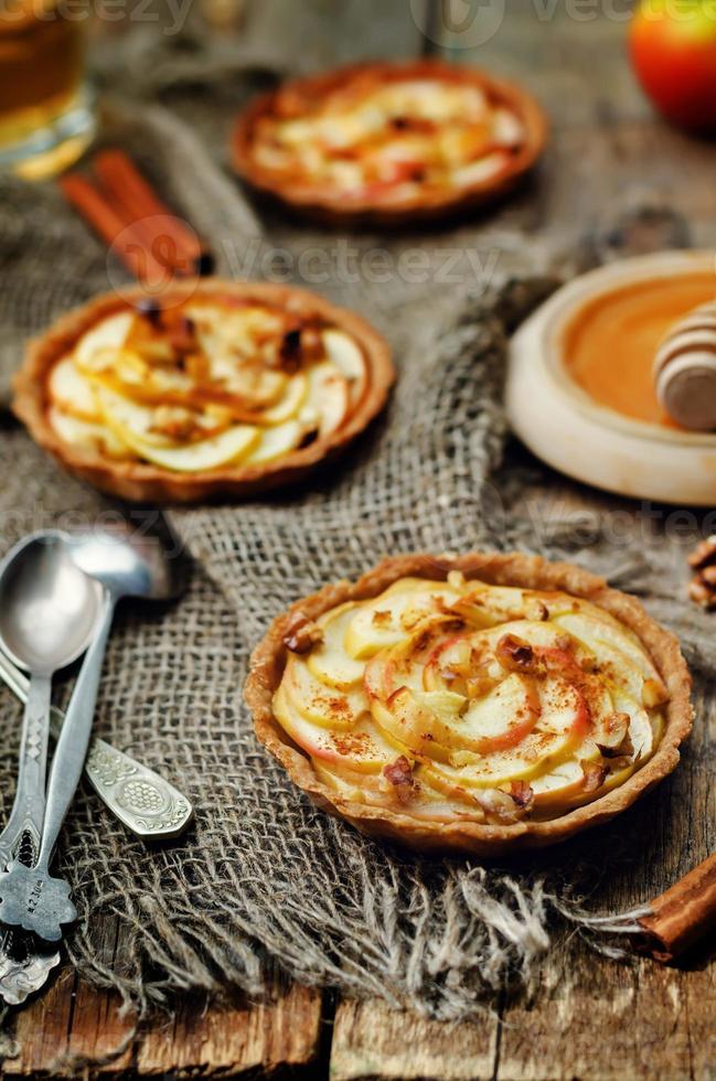 tartaletas de centeno con manzanas, canela, miel y nueces foto