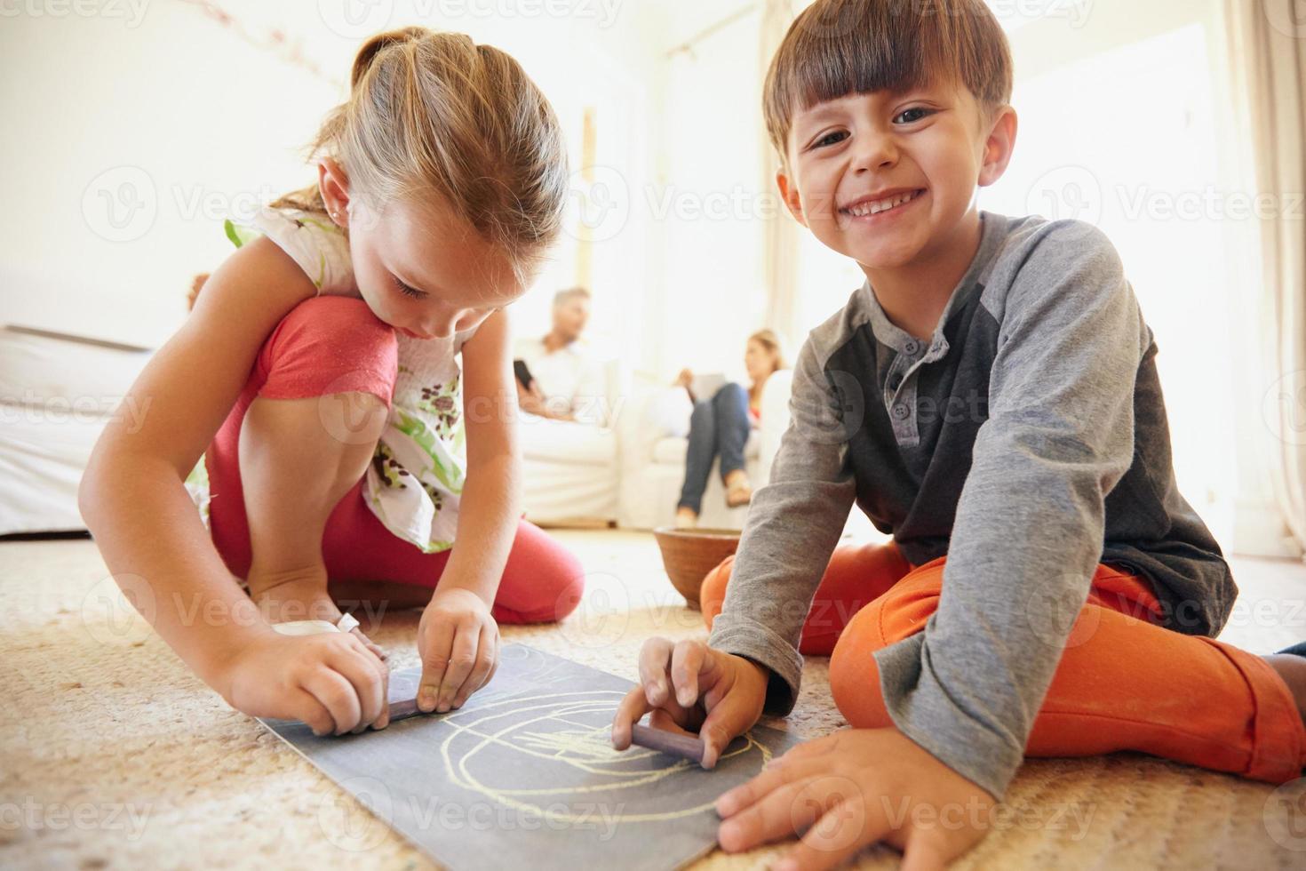 niños dibujando y coloreando foto