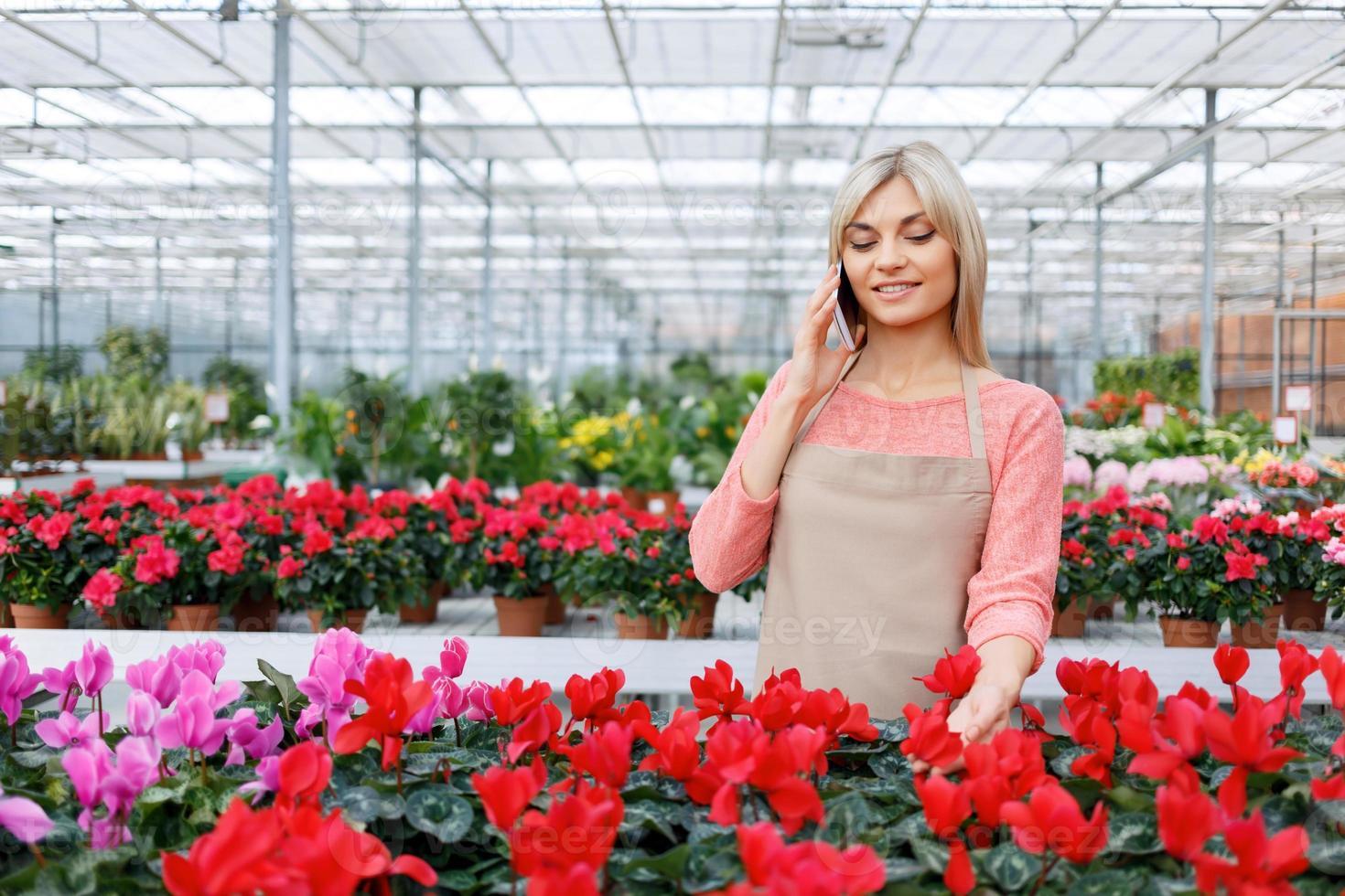 bonita floristería trabajando con flores foto