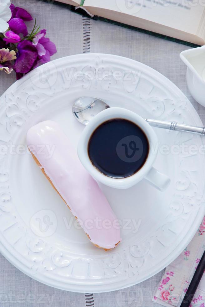 desayuno - eclair y taza de café foto
