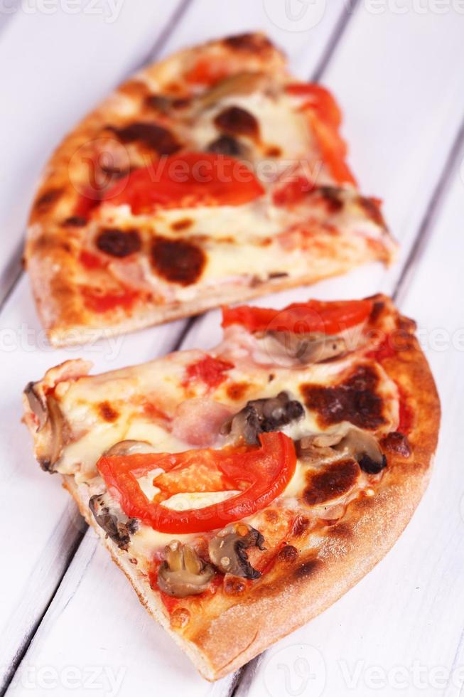 pizza en una mesa blanca foto