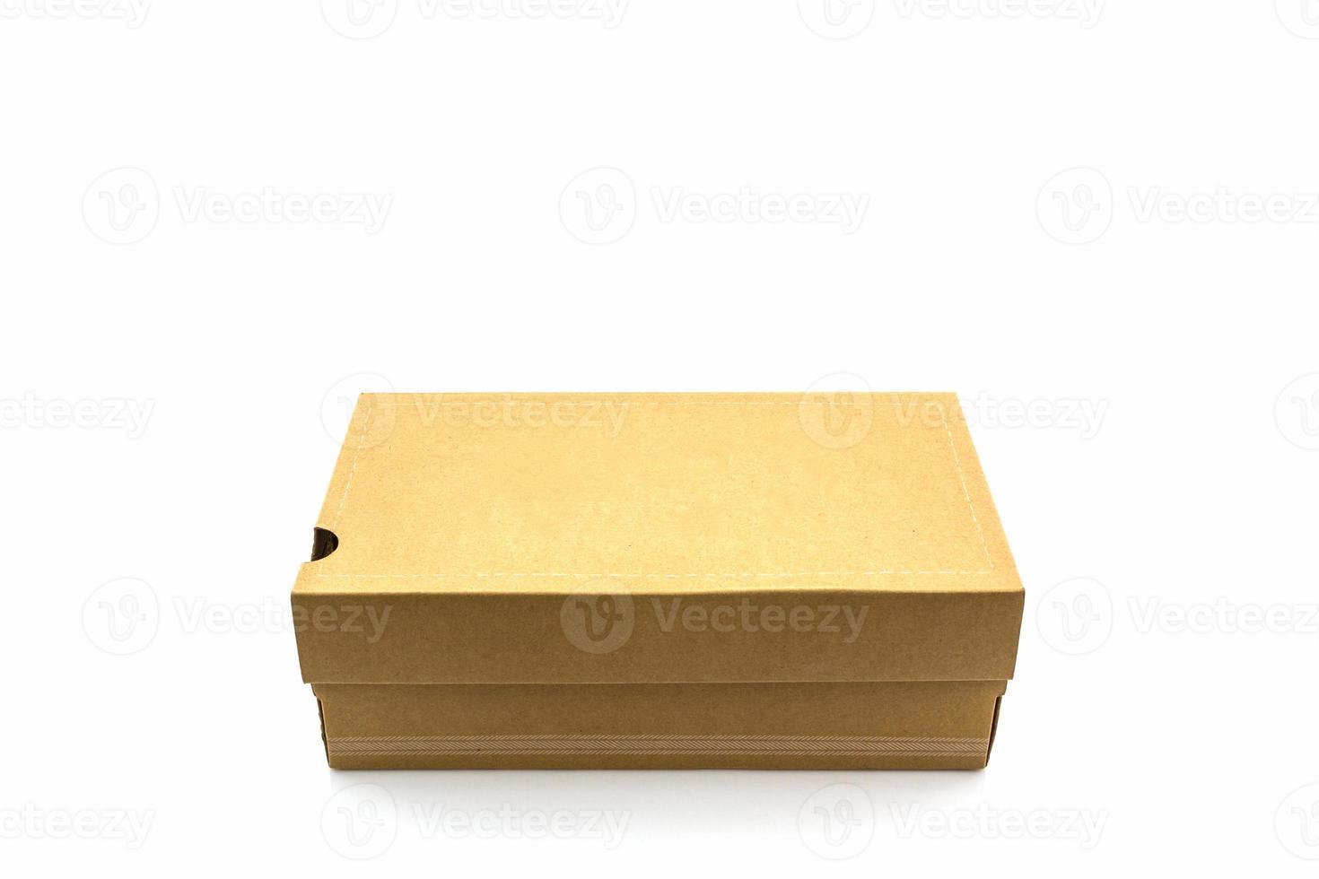 Caja de zapatos marrón sobre fondo blanco con trazado de recorte. foto