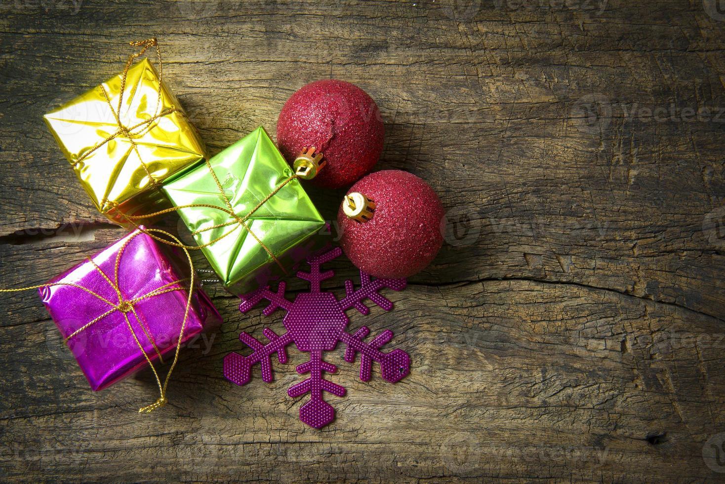 bola roja y montones de navidad foto