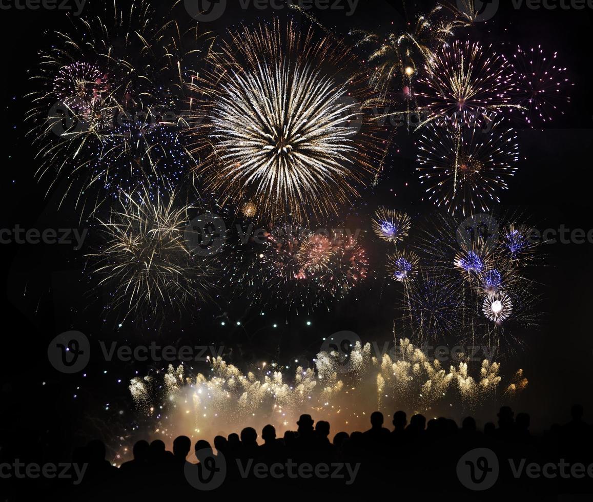 personas viendo hermosos fuegos artificiales foto