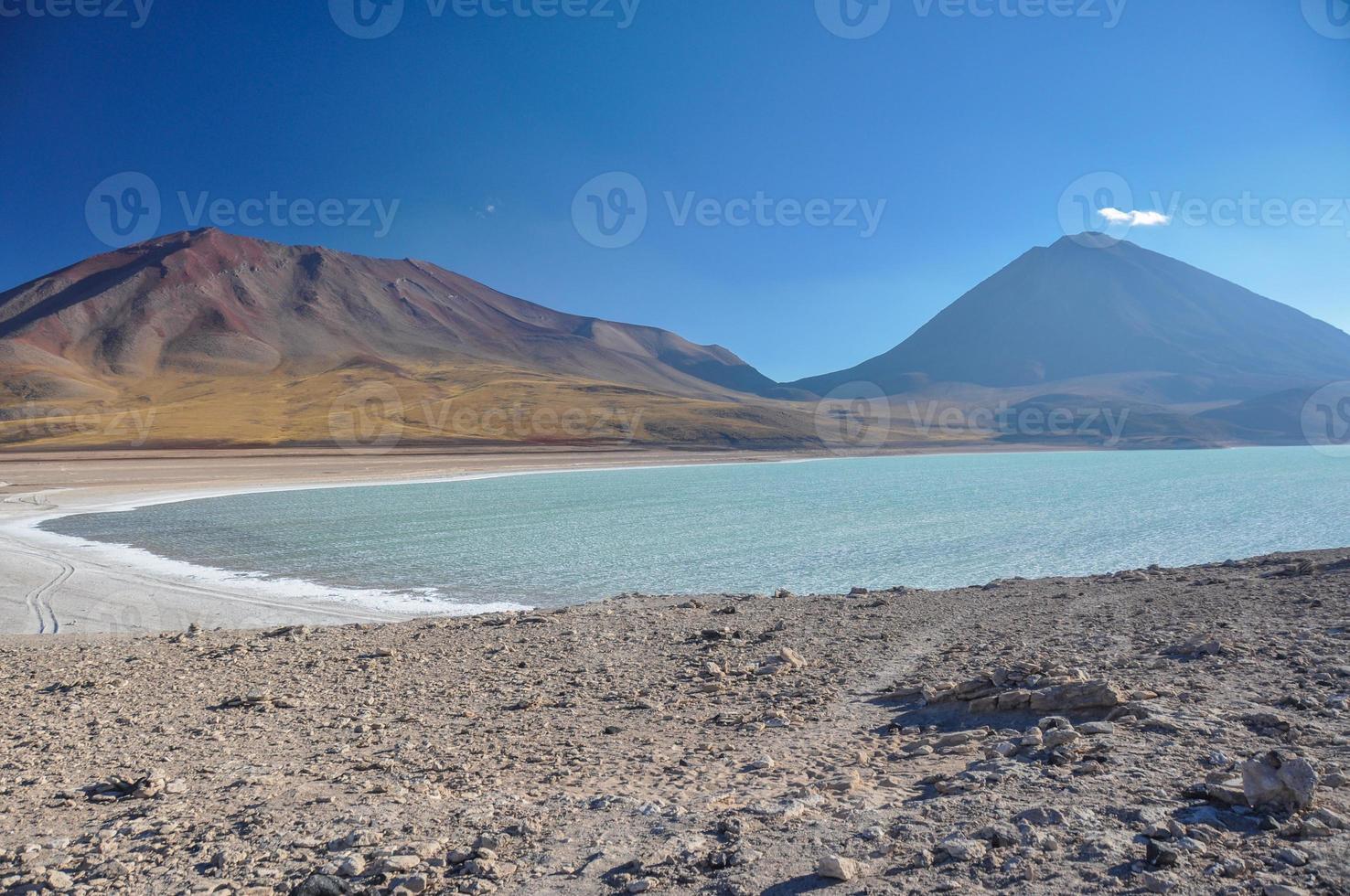 volcan licancabur con hermosos paisajes de sur lipez, sur b foto