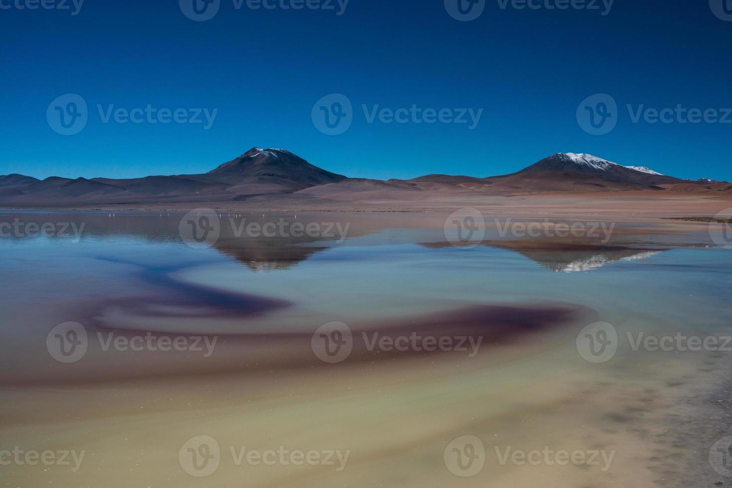 lago salado con montañas reflejo en el fondo foto