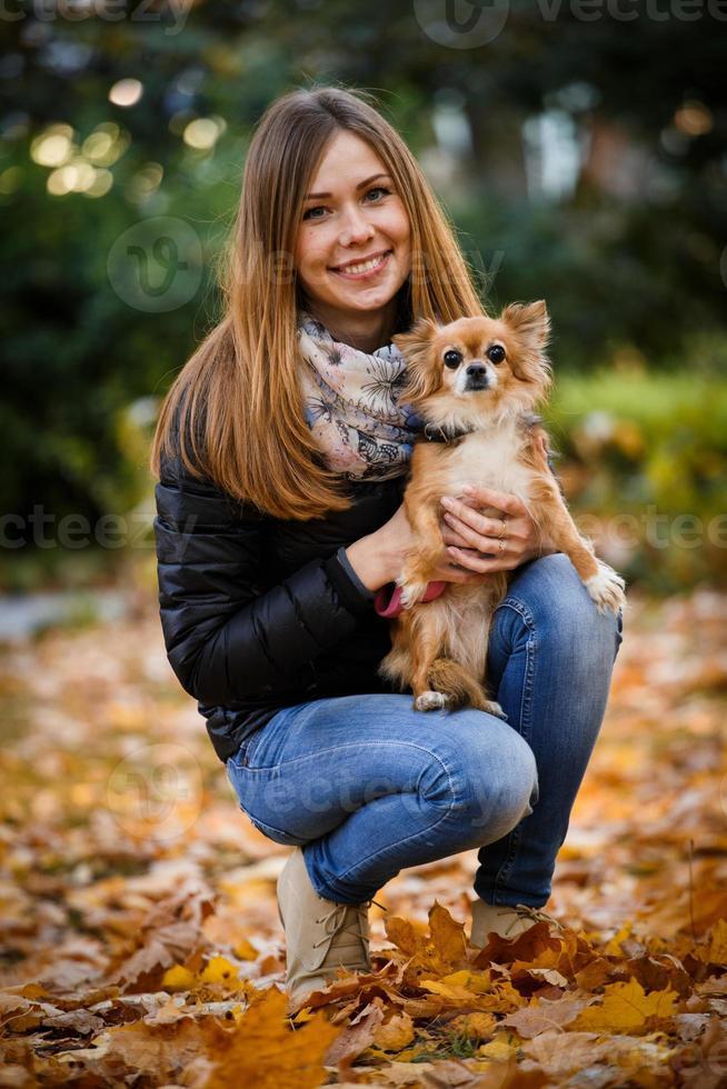 mujer sonriente con un perro foto