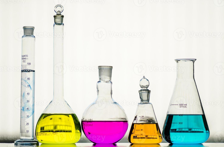 cristalería de laboratorio con líquidos de diferentes colores foto