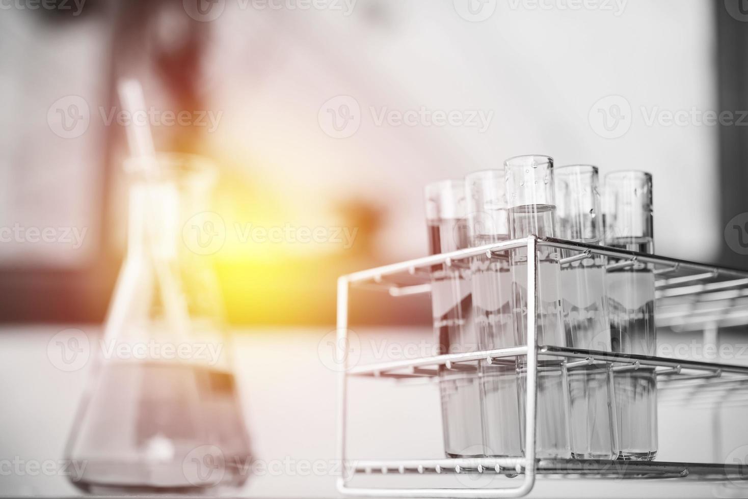 Tubos de ensayo químico de laboratorio de vidrio con líquido. focu selectivo foto