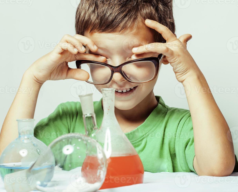 pequeño muchacho lindo con vidrio de medicina aislado con gafas smi foto