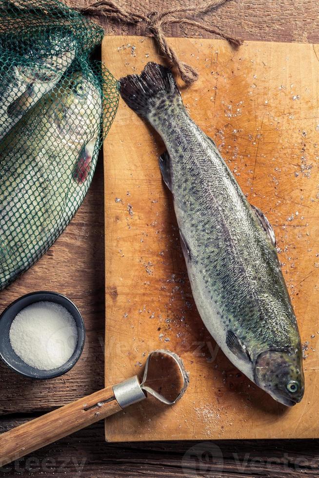 preparar truchas recién pescadas foto