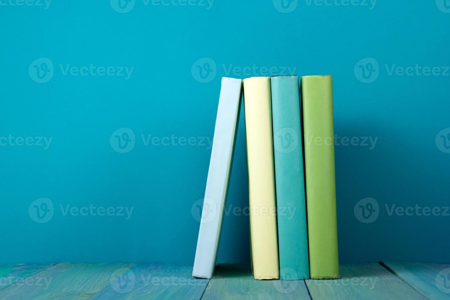 fila de libros, fondo azul sucio, espacio de copia libre foto