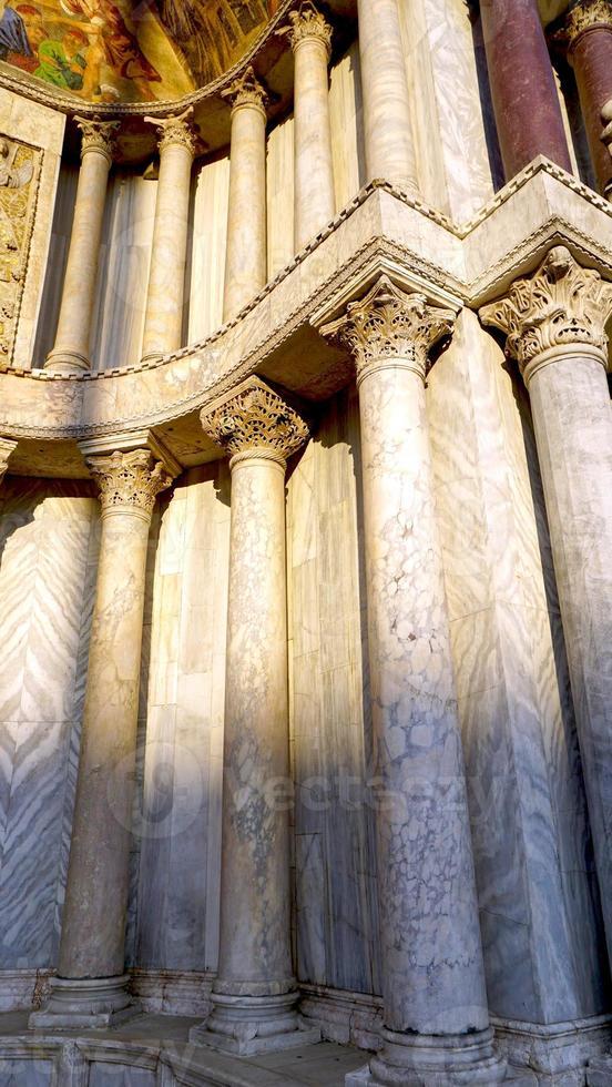columna de mármol de la catedral de san macro foto