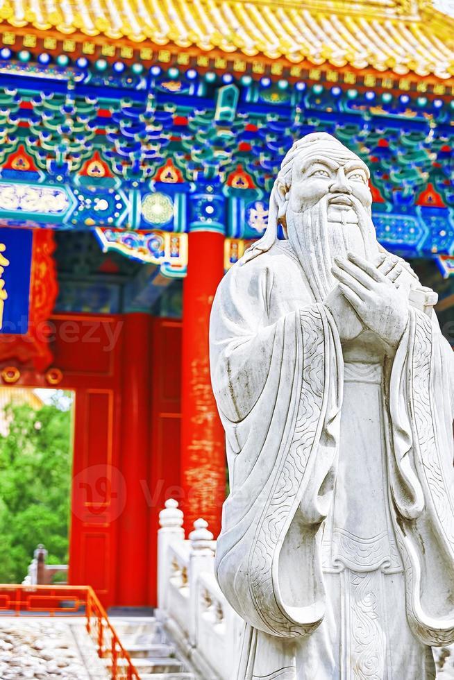 estatua de confucio, el gran filósofo chino. foto