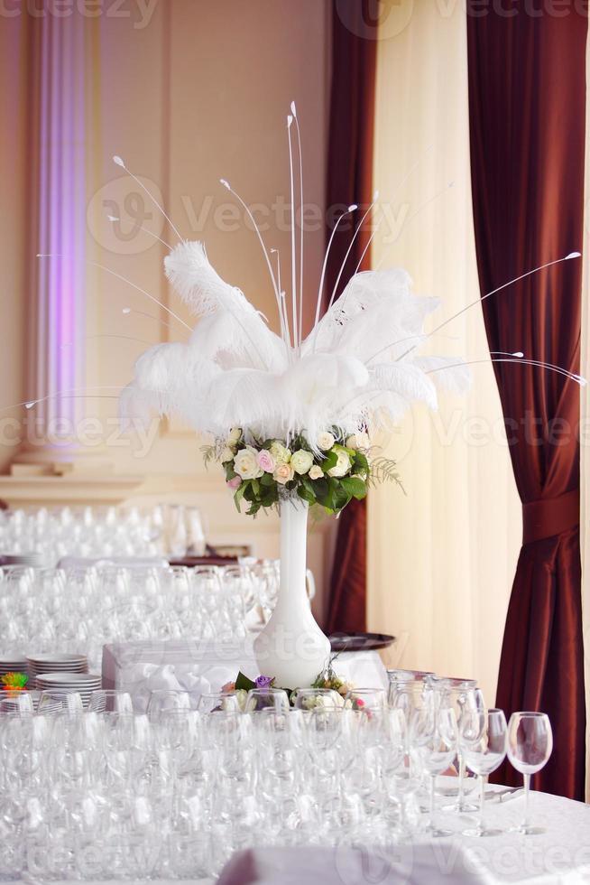 ramo de rosas con plumas de pavo real blanco foto