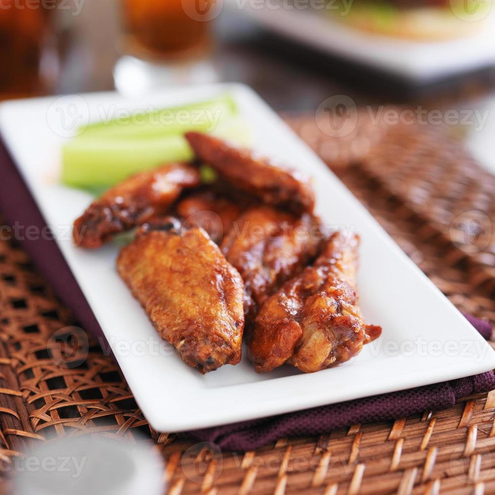 plato de alitas de pollo a la barbacoa foto