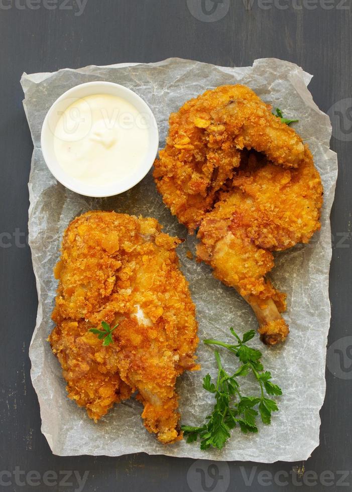 pollo frito, empanado en hojuelas de maíz. foto