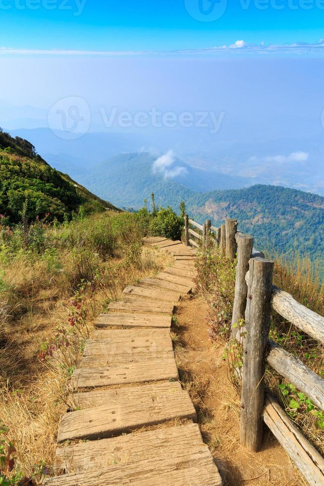 camino a pie en la montaña foto