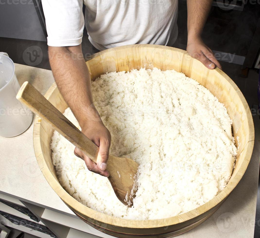arroz japonés en hangiri. proceso. foto