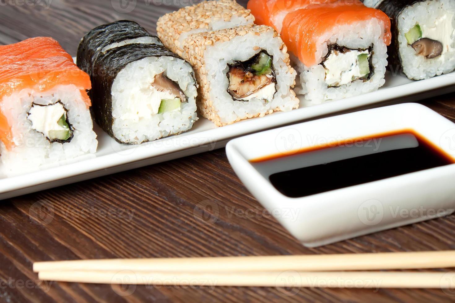 surtido de sushi en plato blanco foto
