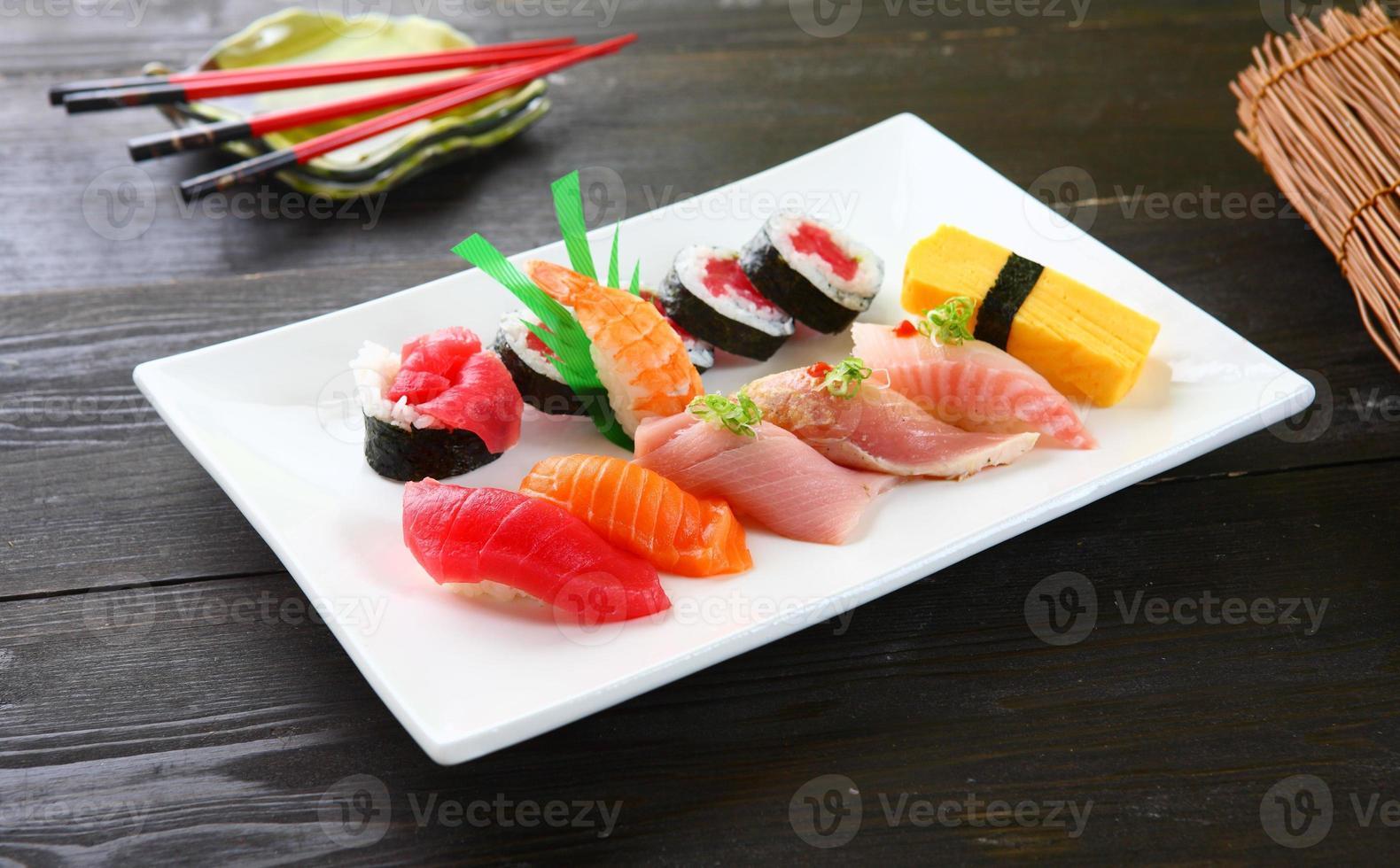 sushi variado y rollo de atún foto