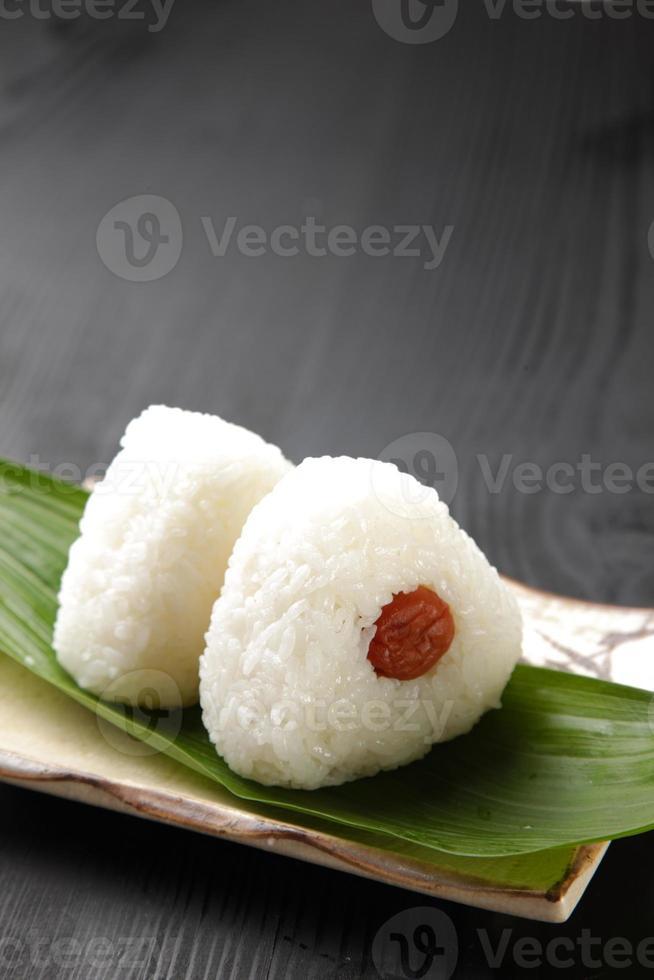 "bola de arroz japonesa ""onigiri"" foto"