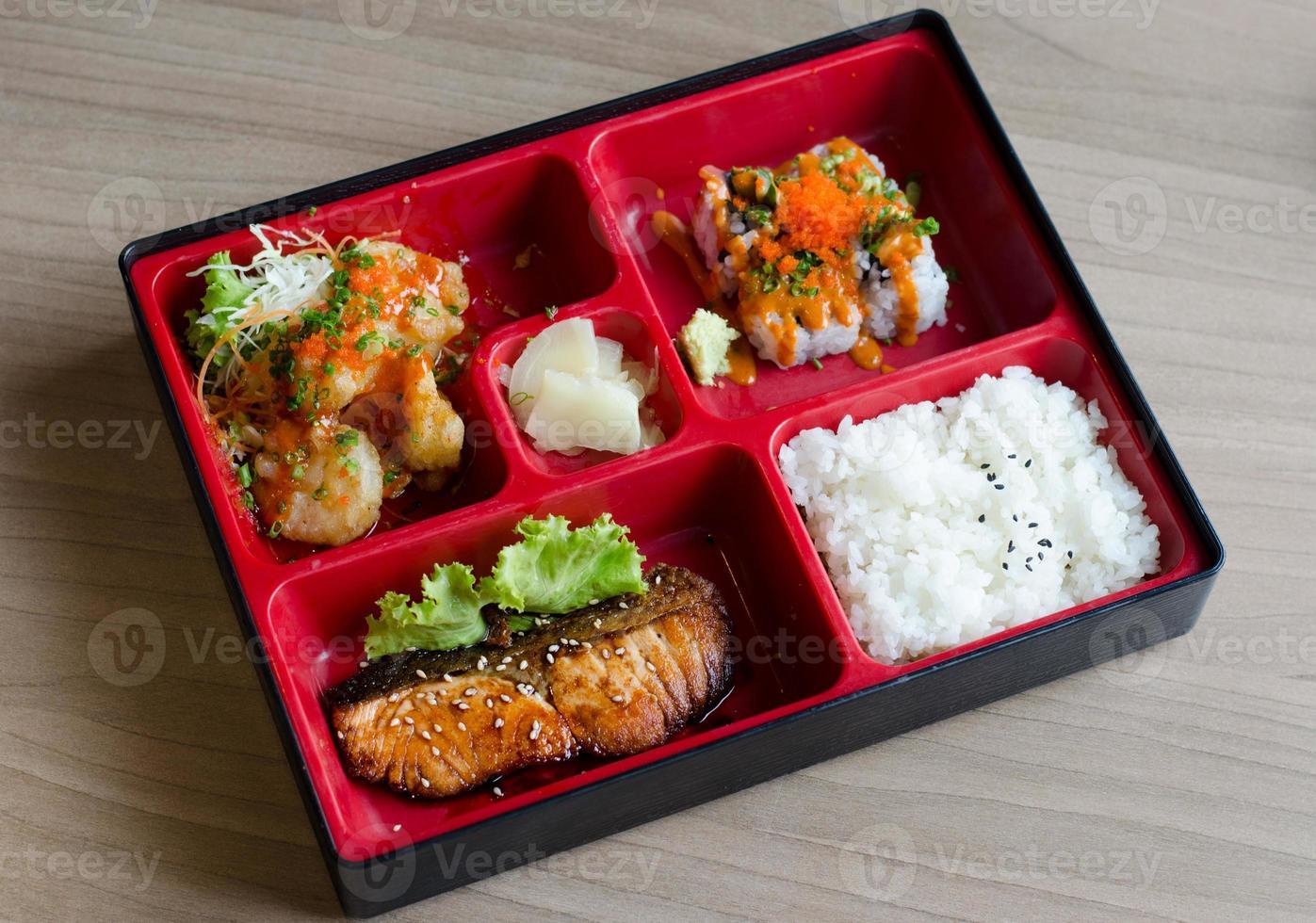 caja bento con rollito y salmón foto