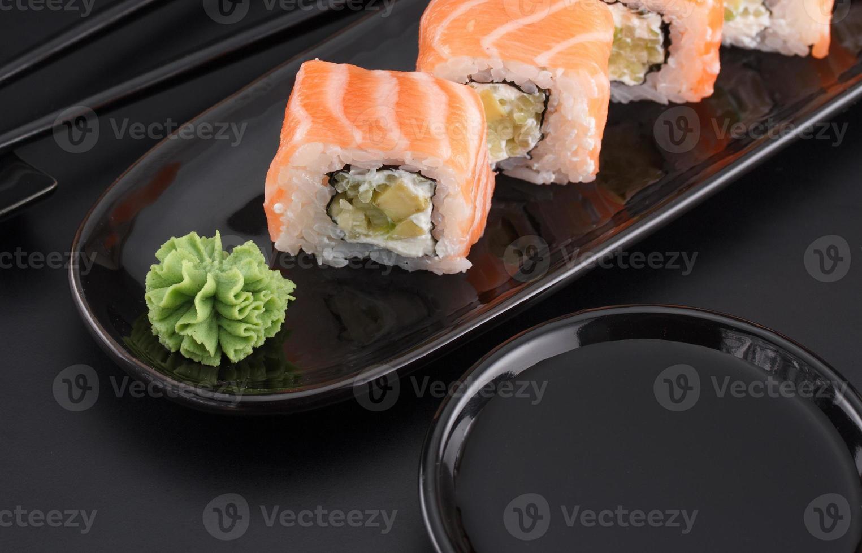 rollos de sushi de primera calidad sobre fondo negro foto