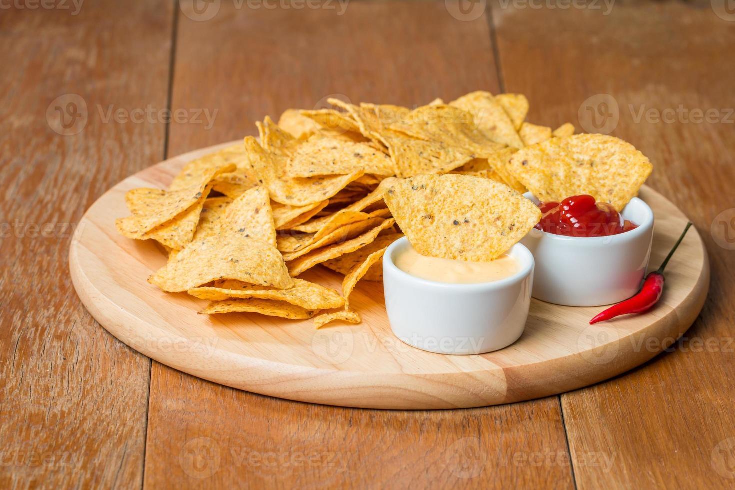 nachos con varias salsas foto