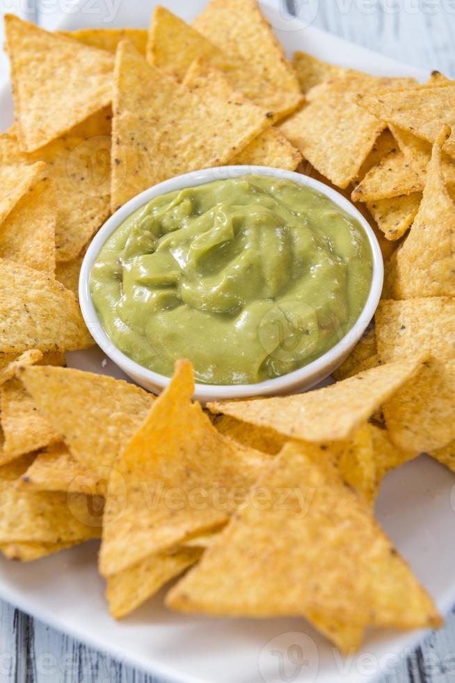 porção de nachos (com guacamole) foto