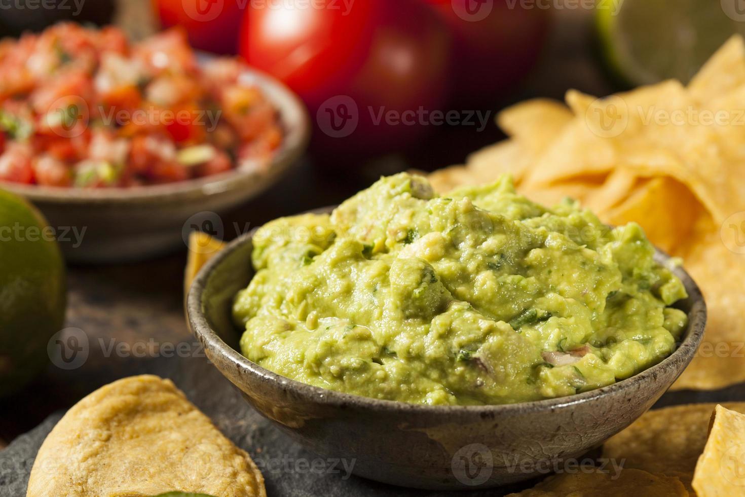 guacamole casero verde con chips de tortilla foto