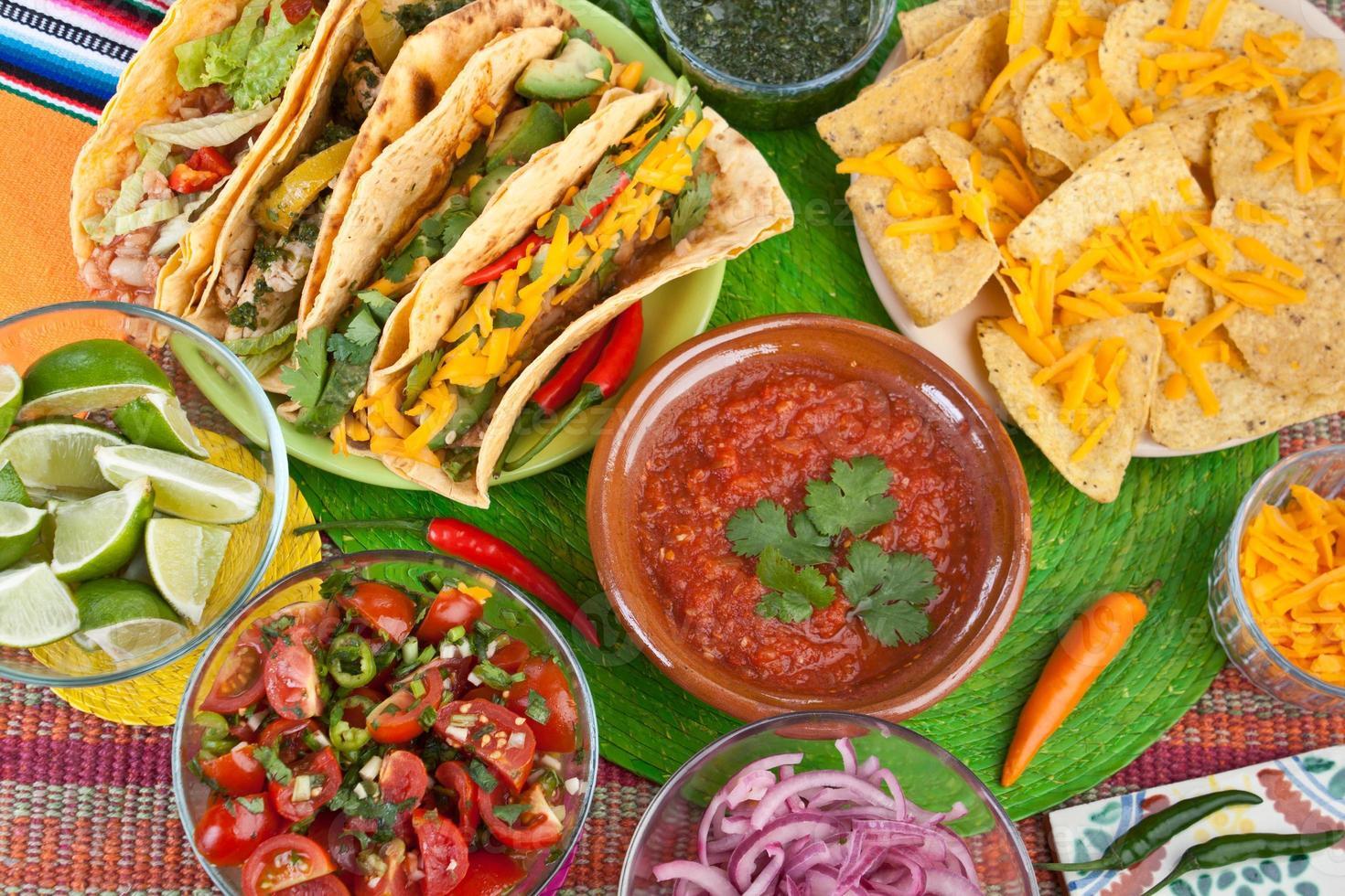 coloridos platos tradicionales de comida mexicana foto
