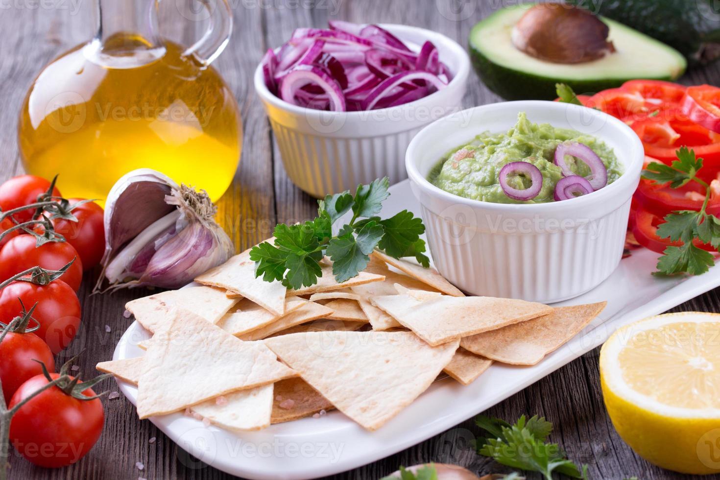 chips de tortilla nachos, guacamole e ingredientes foto