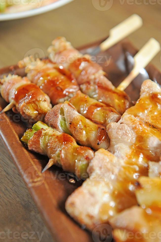 yakitori - carne a la parrilla japonesa foto