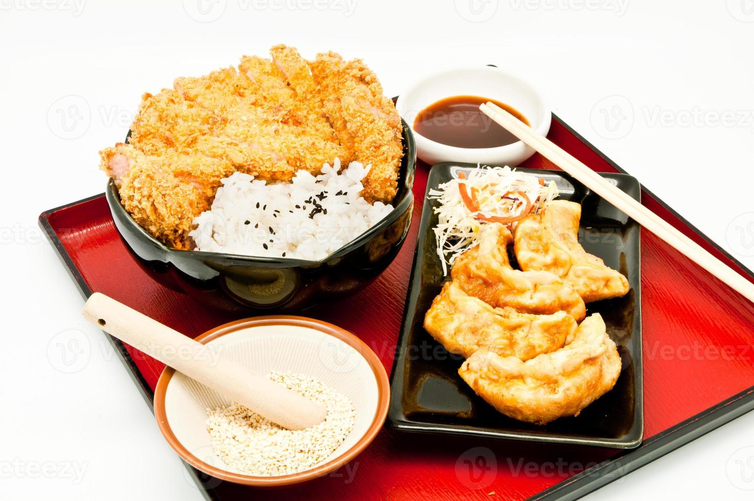 arroz e costeleta de porco frita e bolinhos fritos foto