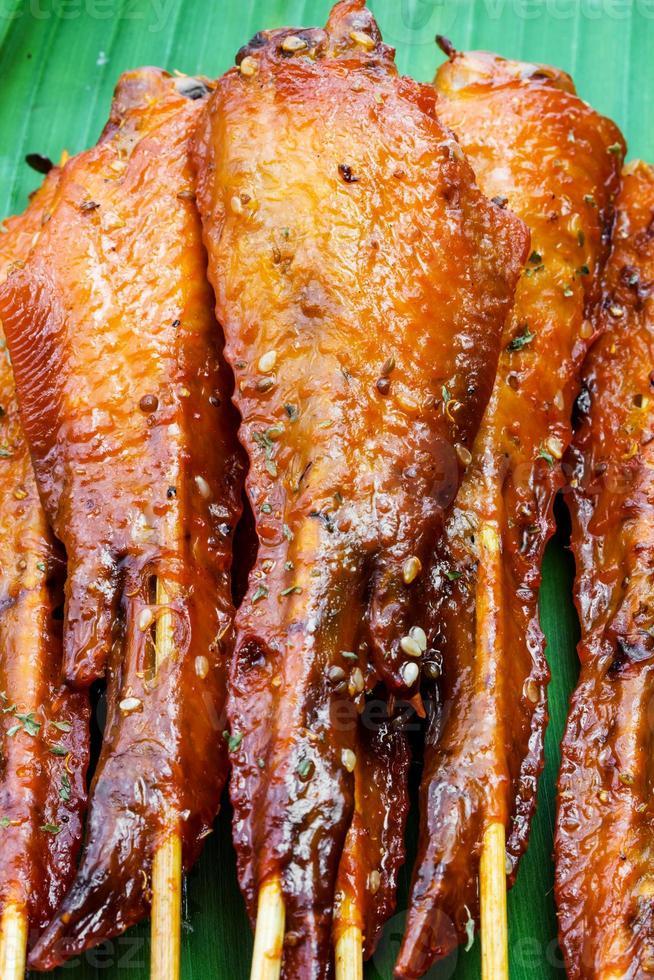 Brocheta satay de ala de pollo recién hecha foto