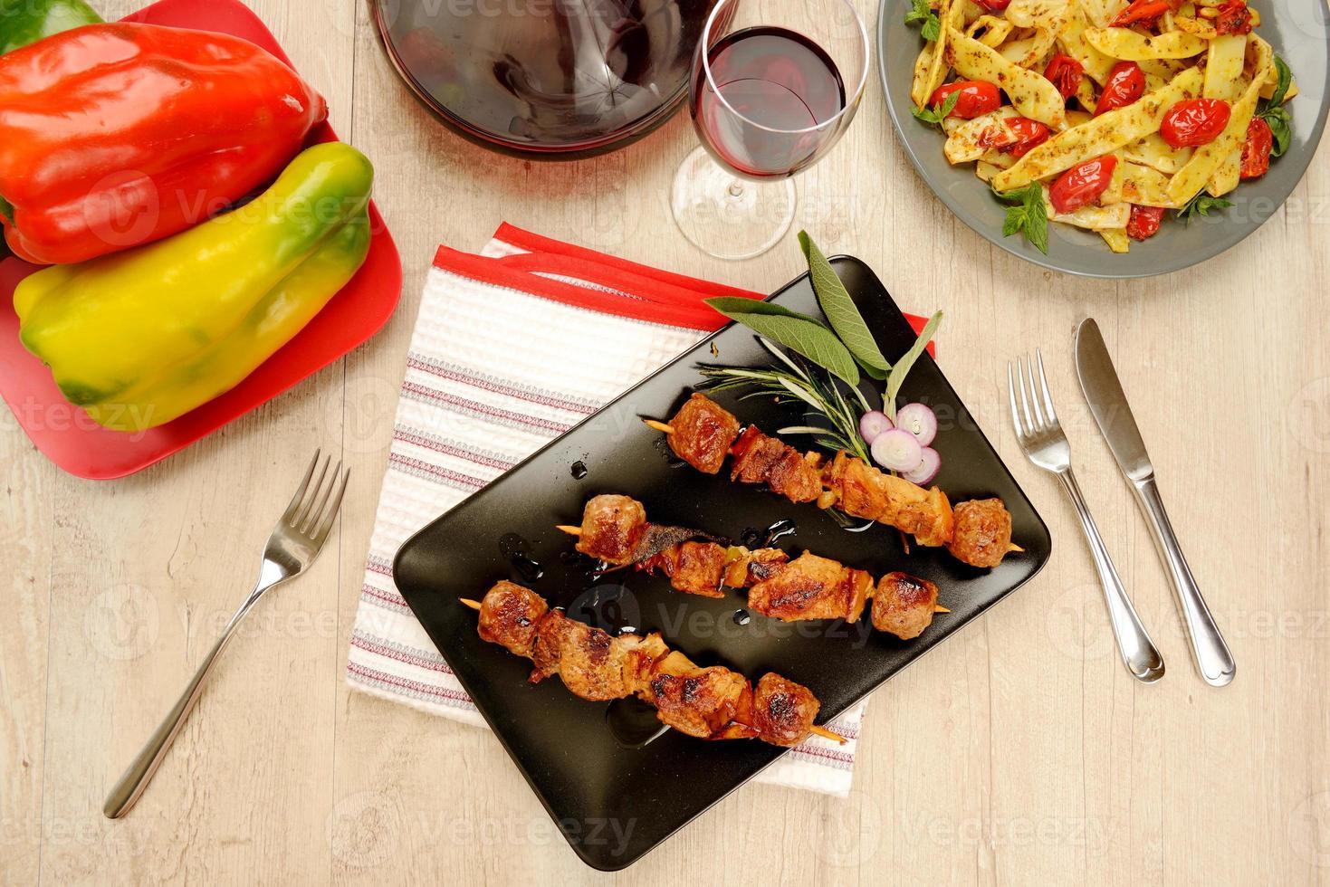 brochetas de carne cocidas listas para comer foto