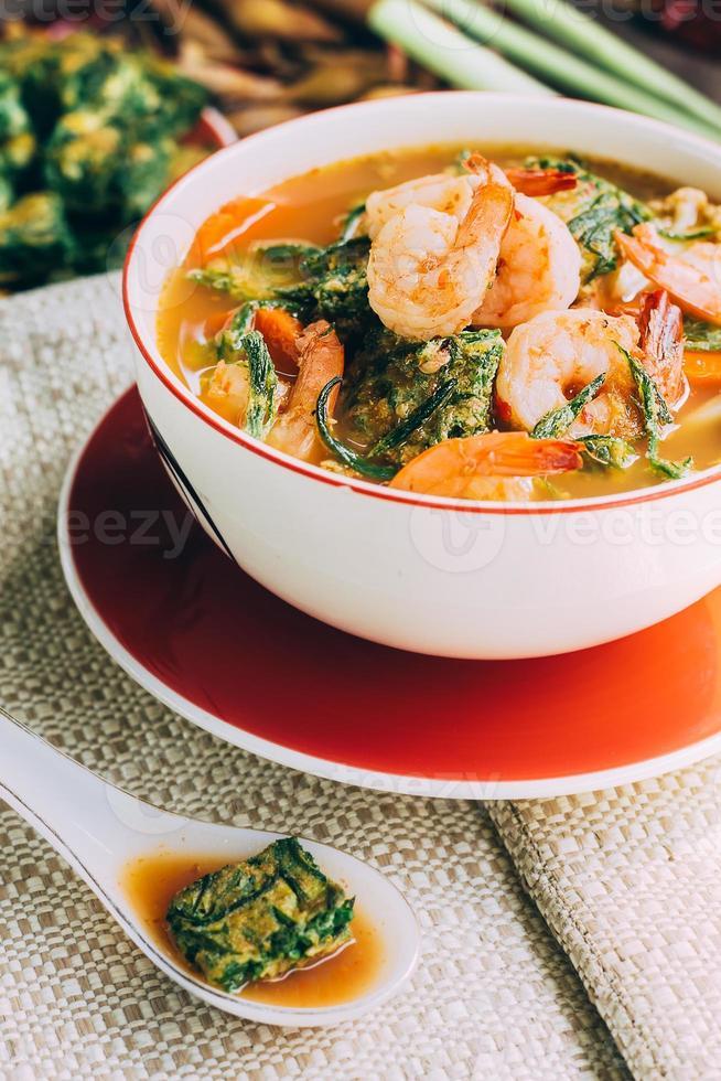curry picante y sopa con camarones y tortilla de verduras foto