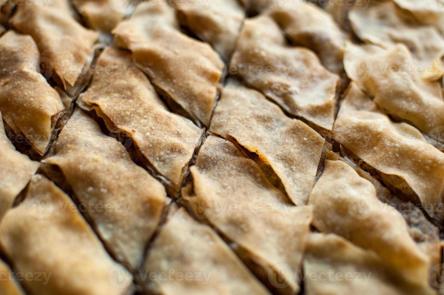 baklava, postre turco hecho de masa fina, nueces y miel. foto