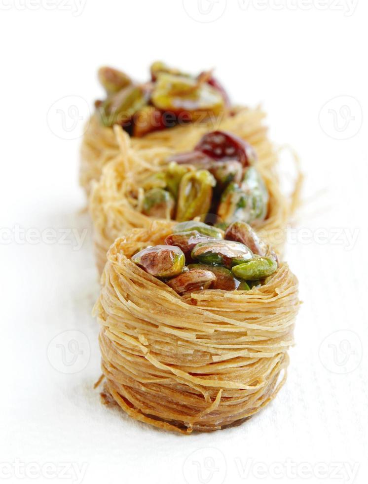 deliciosas aves anidan baklava con pistachos, se centran en el medio foto