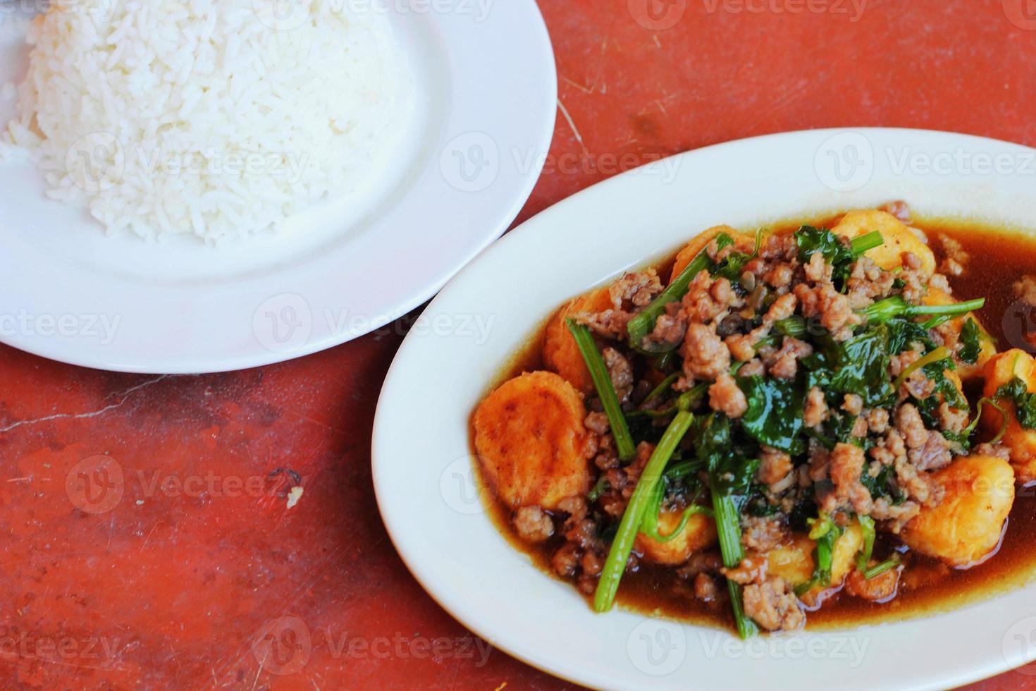 tofu tofu frito - arroz cozido no vapor. foto