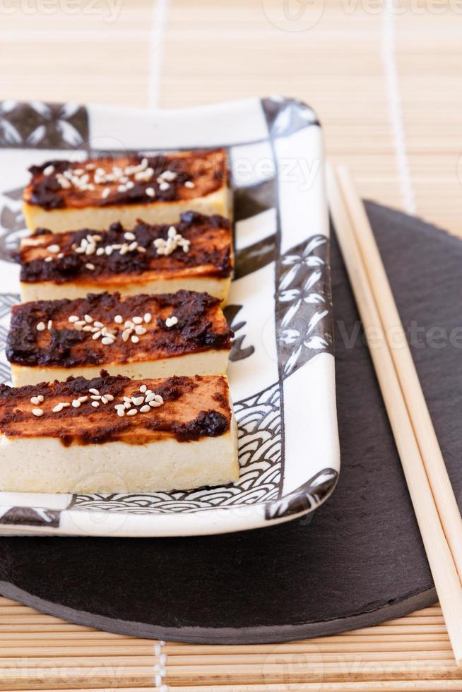 tofu con escabeche de miso foto