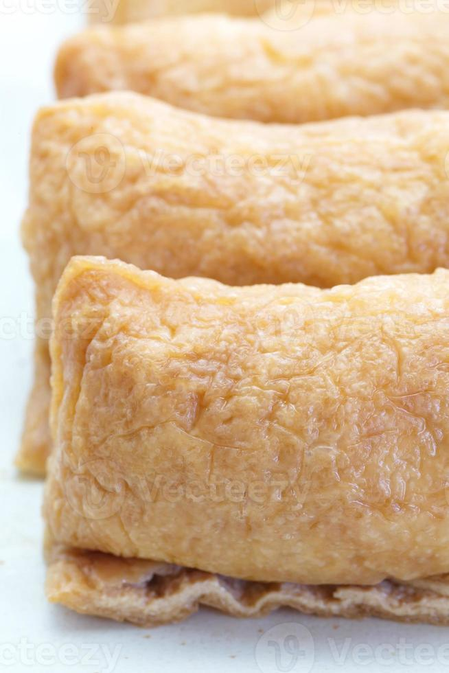 arroz hervido con sabor a sushi envuelto en tofu frito foto