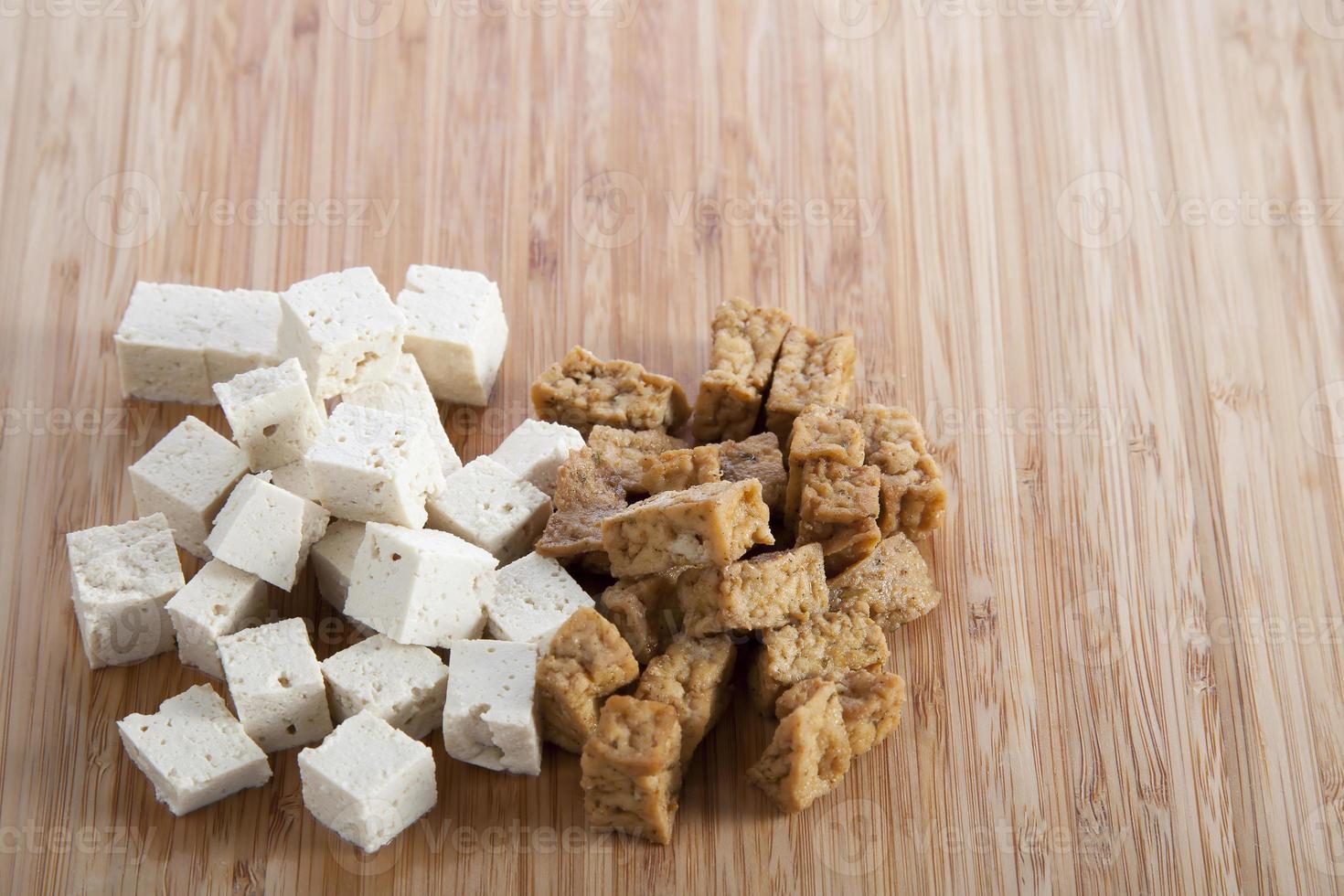 tofu en tabla de cortar foto
