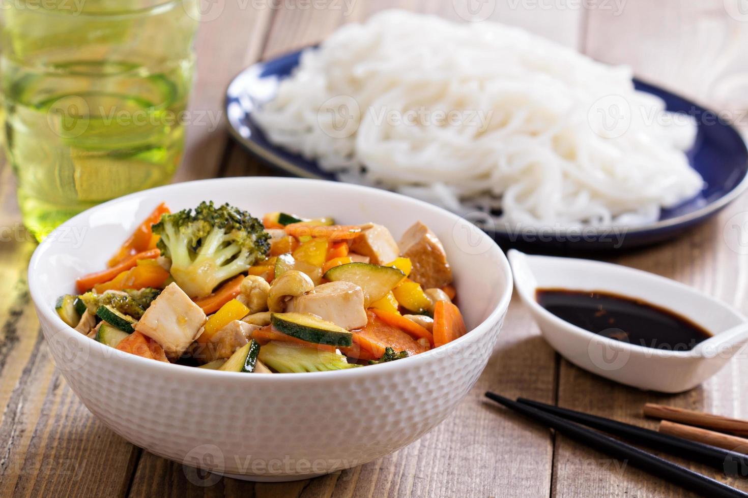 tofu salteado con verduras foto