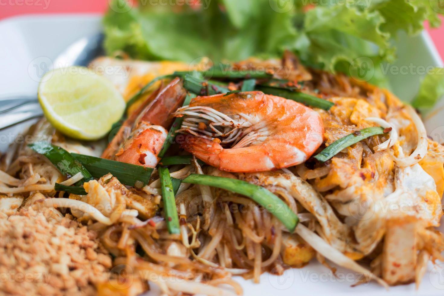 fideos de arroz salteados (pad thai) foto